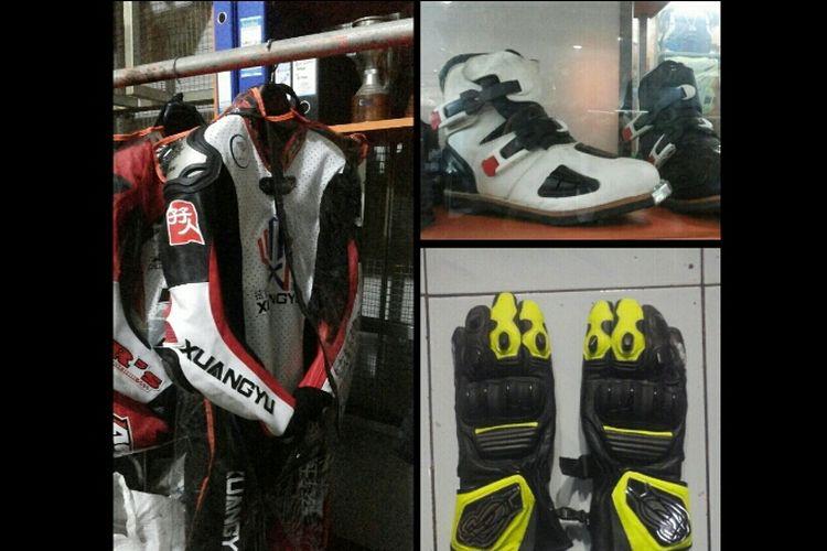 Perlengkapan balap yang terdiri atas wearpack, sepatu dan sarung tangan.