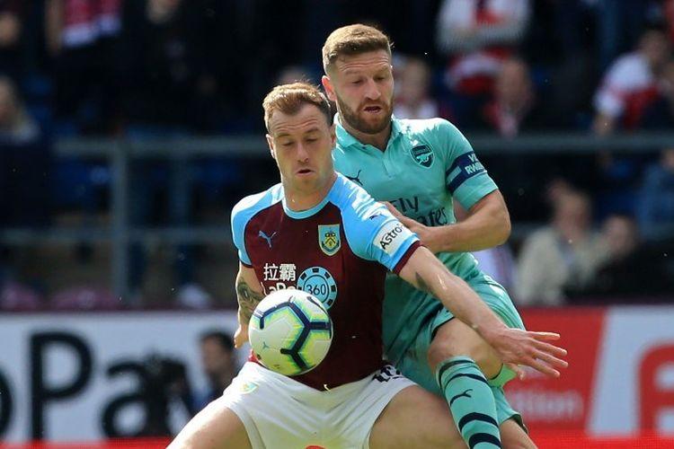 Ashley Barnes menghalang-halangi Shkodran Mustafi pada pertandingan Burnley vs Arsenal di Turf Moor dalam lanjutan Liga Inggris, 12 Mei 2019.