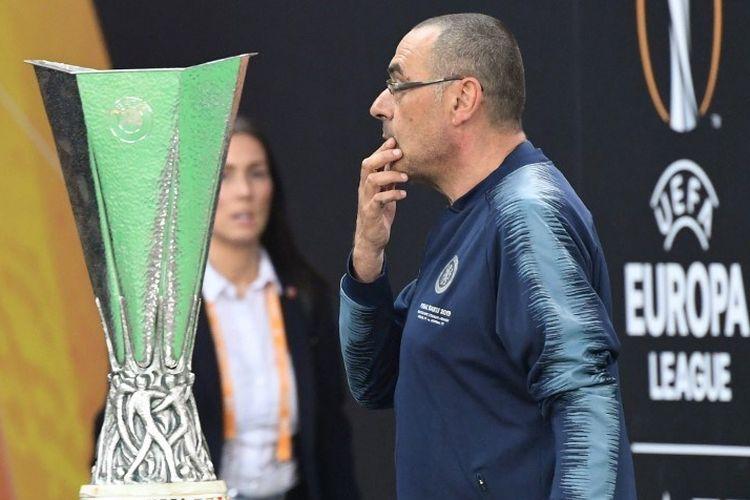 Maurizio Sarri melewati trofi Liga Europa jelang laga Chelsea vs Arsenal dalam final Liga Europa di Stadion Olimpiade Baku, Azerbaijan, 29 Mei 2019.