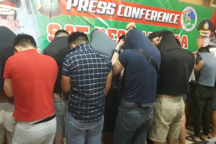 Sebanyak 23 pria pelaku pesta narkoba di Sunter Agung yang ditangkap polisi pada Minggu (30/9/2018) dini hari dihadirkan dalam konferensi pers di Mapolres Metro Jakarta Pusat, Minggu siang.