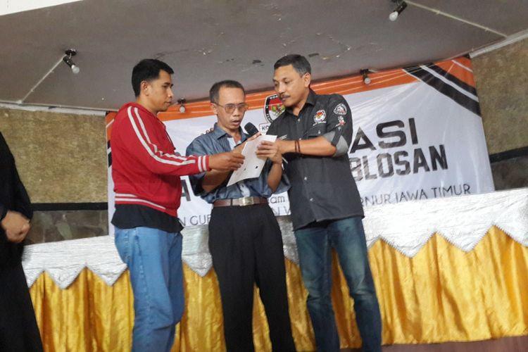 Komisioner KPU Kota Malang Ashari Husen saat sosialisasi kepada pemilih difabel, Senin (25/6/2018).