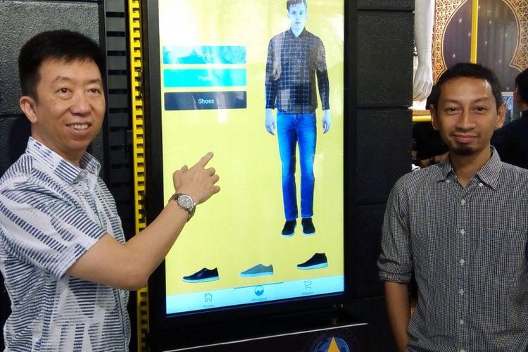 CEO PT Mega Perintis FX Afat Adinata (kiri) dan Corporate Development PT Mega Perintis Erwin Prasetyo memperkenalkan augmented reality melalui Manzone Store App pada peresmian gerai ke-101 Manzone di Kota Kasablanka, Jakarta, Jumat (18/5/2018).