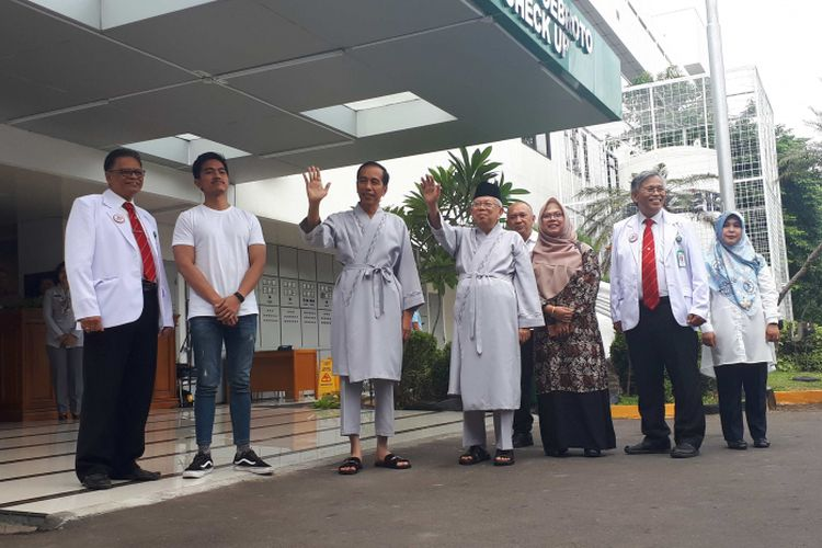 Putri bungsu Maruf Amin, Siti Haniatunnisa bersama putra bungsu Joko Widodo, Kaesang Pangarep saat mendampingi Jokowi-Maruf Amin melakukan tes kesehatan, Minggu (12/8/2018)