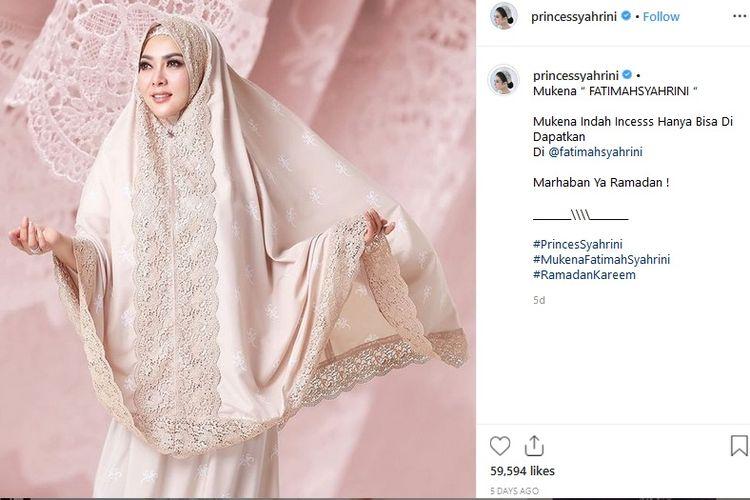 Penyanyi Syahrini mempromosikan mukena yang dinamainya Mukena Fatimah Syahrini di akun Instagramnya.