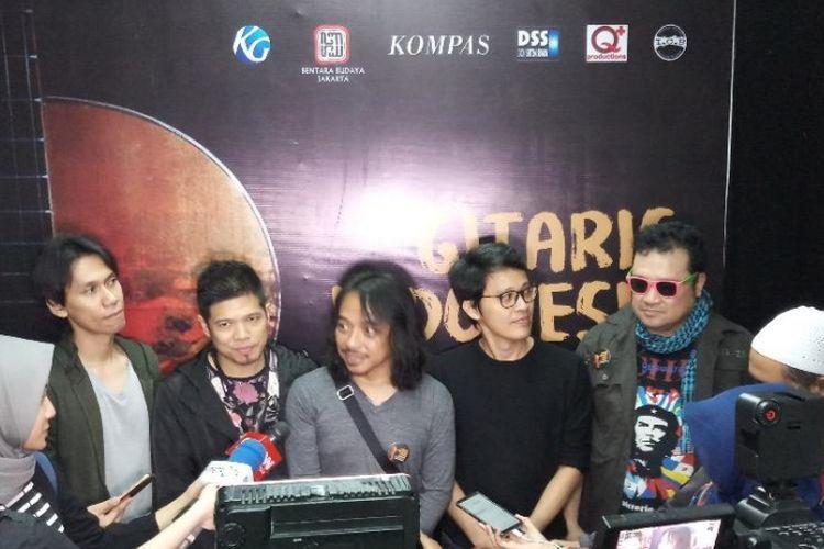 Lima gitaris dalam grup Six Strings, yaitu (dari kiri ke kanan) Eross Candra, Baim, Dewa Budjana, Tohpati, dan Baron Suprayogi, diwawancara pada acara Gitaris Indonesia Peduli Negeri di Bentara Budaya Jakarta, Jalan Palmerah Selatan, Jakarta Pusat, Kamis (11/10/2018) malam.