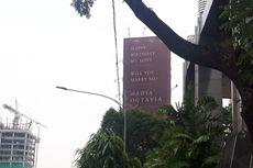 Dilamar Kekasih dengan Reklame di Jalan Gatot Subroto, Nadia Bahagia...