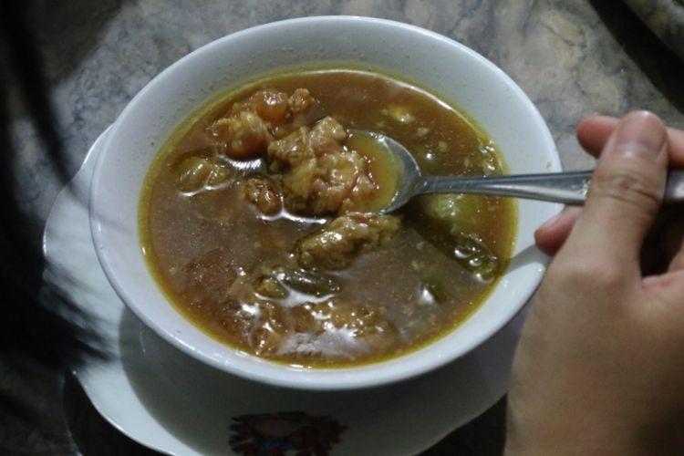 Satu porsi hidangan asem-asem daging, di Warung Makan Asem-asem Koh Liem yang melegenda di Semarang, Kamis, (19/7/2018).