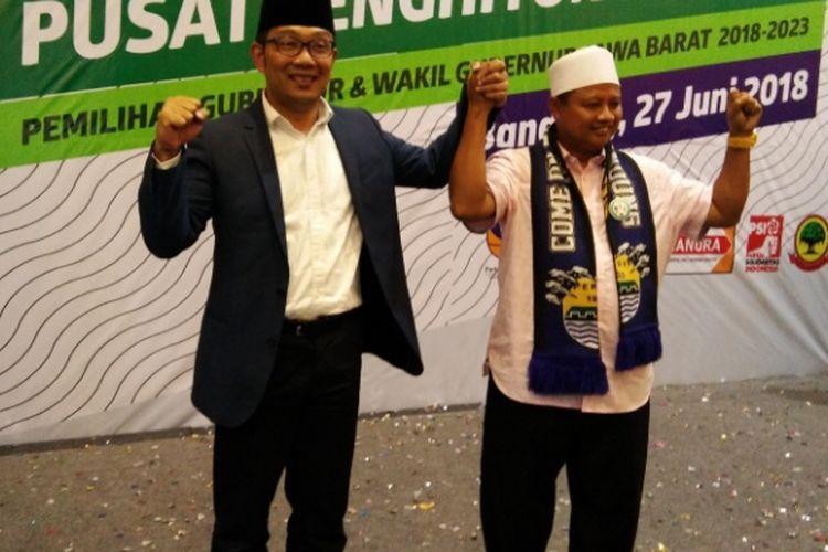 Pasangan nomor urut 1 Pilkada Jabar, Ridwan Kamil dan Uu Ruzhanul saat melakukan selebrasi usai dinyatakan menang dalam hasil penghitungan cepat versi sejumlah lembaga survei di Hotel Papandayan, Bandung, Rabu (27/6/2018).