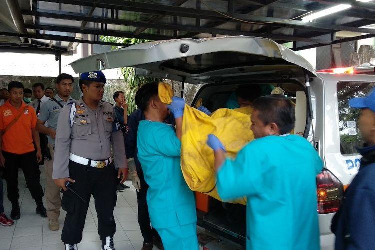 Jenazah yang diduga Thoriq Rizki Maulidan, warga Desa Sukowiryo, Kecamatan Bondowoso, Kabupaten Bondowoso Jawa Timur, tiba di Rumah Sakit Daerah dr Koesnadi Bondowoso.