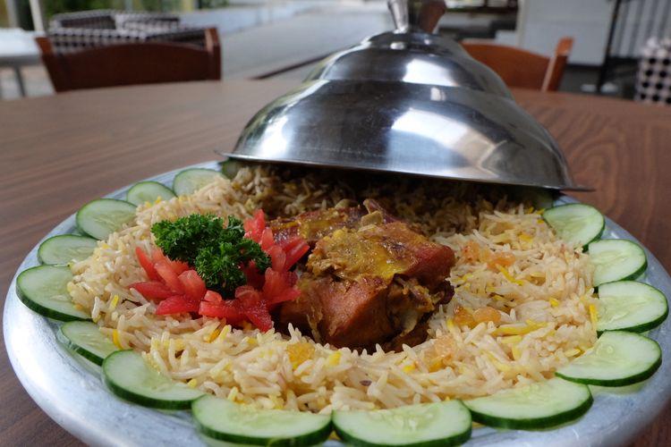 Nasi mandhi dengan lauk daging kambing muda oven.