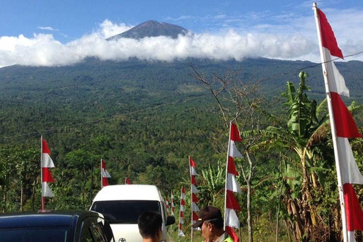 Pemandangan Gunung Slamet dari obyek wisata Bukit Tangkeban di Desa Pulosari, Kecamatan Pulosari, Kabupaten Pemalang, Jawa Tengah, Kamis (28/9/2017). Kini Bukit Tangkeban dikembangkan secara kreatif oleh para pemuda desa untuk menarik wisatawan datang.