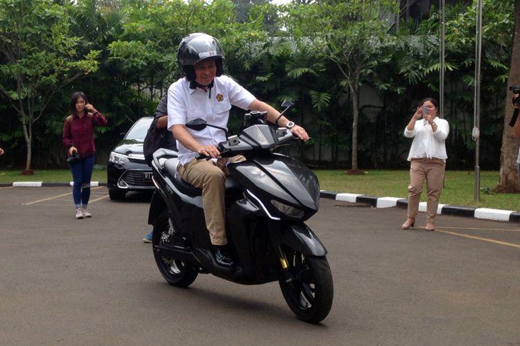 Menteri ESDM Ignasius Jonan menjajal kebolehan calon skuter listrin nasional Gesits di kantor ESDM, Jakarta, Kamis (19/10/2017).