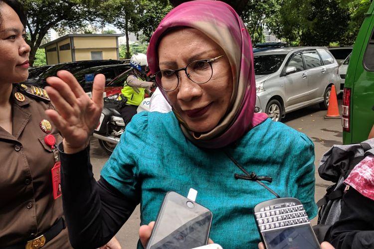 Ratna Sarumpaet saat memberi keterangan kepada wartawan sebelum kembali dibawa ke Rutan Polda Metro Jaya, Selasa (12/3/2019). Ratna merupakan terdakwa dalam kasus penyebaran hoaks.