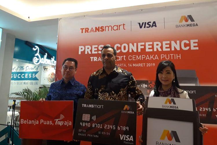 Direktur Consumer Banking Bank Mega Diza Larentie, Chief Commercial Officer PT. Trans Retail Indonesia Bouzeneth Benaouda, Presiden Direktur PT Visa Worldwide Indonesia Riko Abdurrahman di Jakarta, Kamis (14/3/2019).