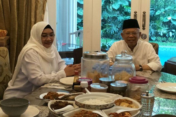 Calon wakil presiden nomor urut 02 Maruf Amin sarapan bersama istri sebelum berangkat ke TPS di Koja, Rabu (17/4/2019).