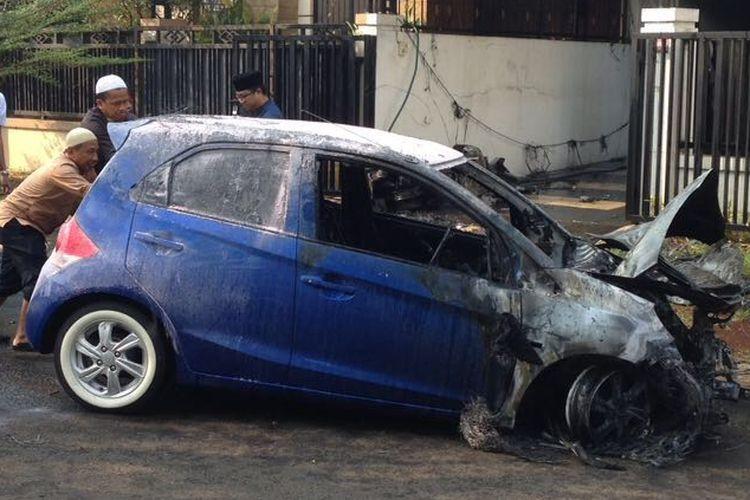 Mobil Honda Brio di Grand Wisata yang tiba-tiba terbakar