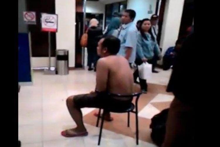 Seorang sopir taksi online dihukum buka baju setelah diketahui beroperasi di Bandara Adisucipto Yogyakarta