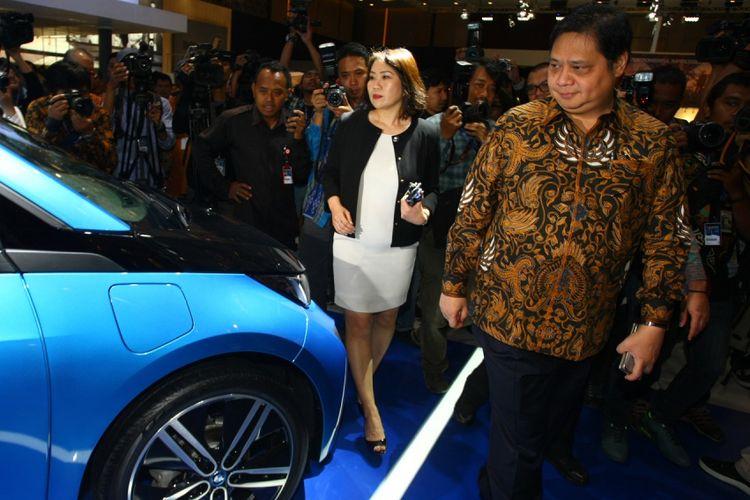 Menteri Peridustrian Airlangga Hartarto (kanan) melihat mobil listrik saat mengunjungi stand BMW di sela-sela pembukaan pameran Gaikindo Indonesia Internasional Auto Show (GIIAS) 2017 di Indonesia Convention Exebition (ICE) BSD, Serpong, Tangerang, Banten, Kamis (10/8). Pameran yang berlangsung 10-20 Agustus 2017 itu diikuti 32 ATPM anggota GAIKINDO. ANTARA FOTO/Muhammad Iqbal/kye/17