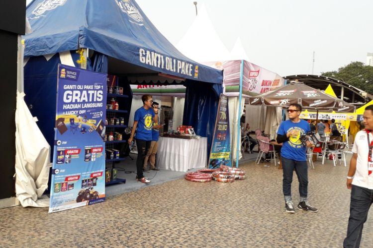Stan produsen oli Top-1 yang menawarkan promo untuk produknya selama berlangsungnya Otobursa Tumplek Blek 2018 di Gambir Expo, JIExpo Kemayoran, Jakarta pada hari pertama, Sabtu (21/7/2018).