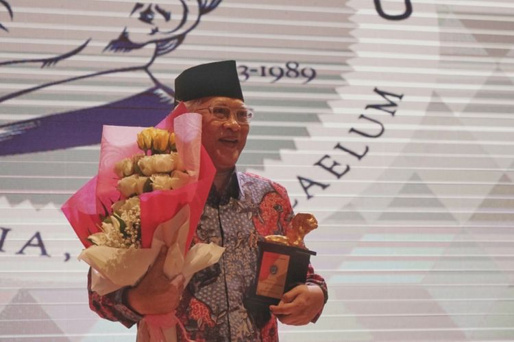KH Ahmad Mustofa Bisri atau akrab disapa Gus Mus menerima penghargaan Yap Thiam Hien tahun 2017. Penghargaan diberikan dalam acara malam penganugerahan Yap Thiam Hien Award 2017 di Aula Perpustakaan Nasional, Jakarta Pusat, Rabu (24/1/2018). Dalam acara penganugerahan tersebut hadir Menkumham Yasonna Laoly, Menteri KKP Susi Pudjiastuti, Wakil Ketua KPK Laode M. Syarief, Komisioner Komnas HAM Beka Hapsara dan Wakil Ketua Komisi Yudisial Sukma Violetta.
