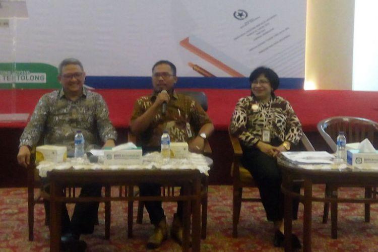Deputi Direksi Bidang Kepesertaan BPJS Kesehatan, Bona Evita (kanan) memberikan keterangan terkait Peraturan Presiden (Perpres) Nomor 82 Tahun 2018 di kantornya, Cempaka Putih, Jakarta Pusat, Rabu (19/12/2018).