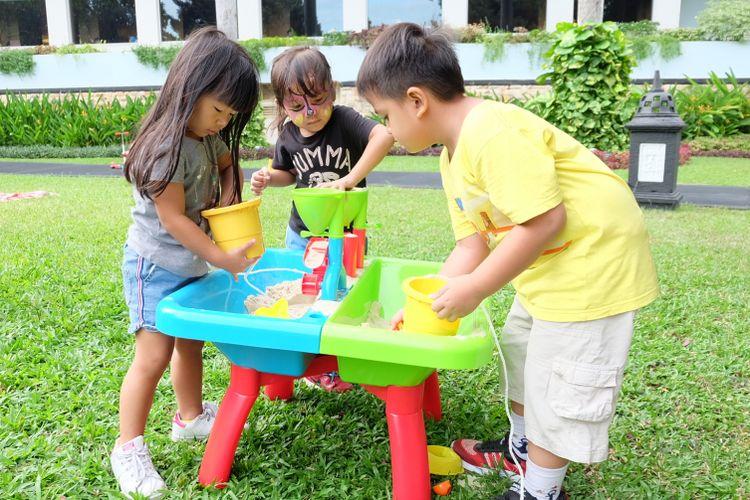 sand and water table, meja pasir dan air yang dilengkapi dengan banyak mainan untuk melatih kreativitas anak