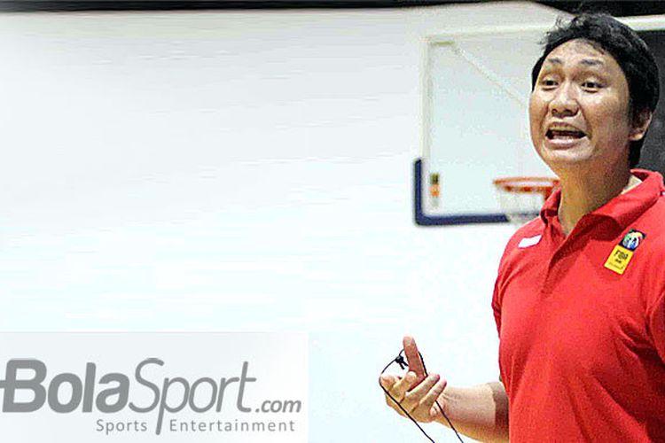 Pelatih timnas bola basket Indonesia, Fictor Roring.