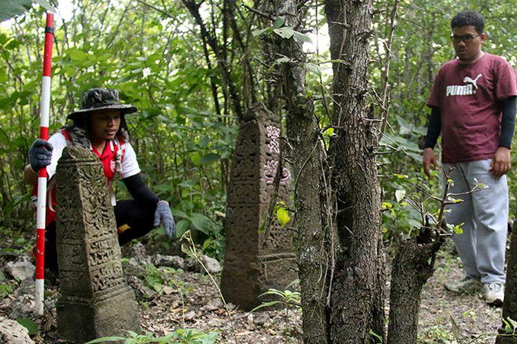 arkeolog asal Aceh dan Malaysia melakukan penelitian terhadap sejumlah batu nisan yang berada di dilokasi Kerajaan Lamuri, di kawasan perbukitan Kreung Raya,  Desa Lamreh, Kecamatan Masjid Raya , Kabupaten Aceh Besar. Selasa (13/03/18).   Menurut eskripsi bahasa arab yang berada dibatu nisan itu merupakan makam Malek Zailal Abidin dan Malek Jawaluddin yang diduga sebagai pejabat kerajaan Lamuri 144 Masehi, abad ke 15. Selasa (13/03/18).