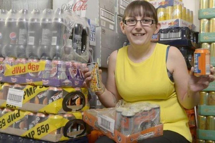 Emma Forrest memastikan dia memiliki stok minuman energi dan soda. (Platform Press via BBC)