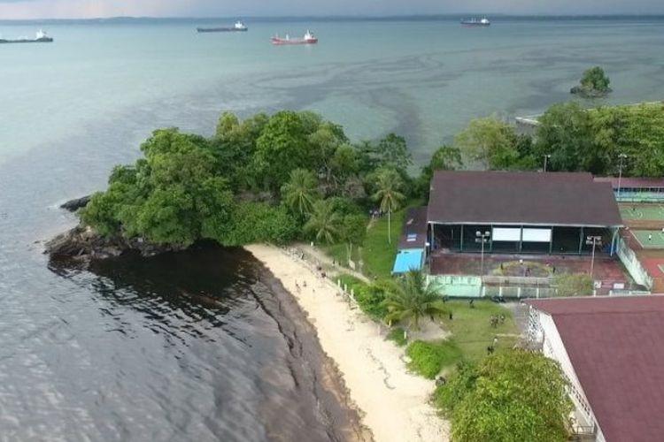 Air laut di tepi pantai Benua Patra Kota Balikpapan, Kalimantan Timur, yang tercemar tumpahan minyak solar, Minggu (1/4/2018) pukul 17.00 Wita.