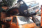 'Bangkai' Truk Sampah Ditumpuk Begitu Saja di Kantor Sudin LH Jakbar