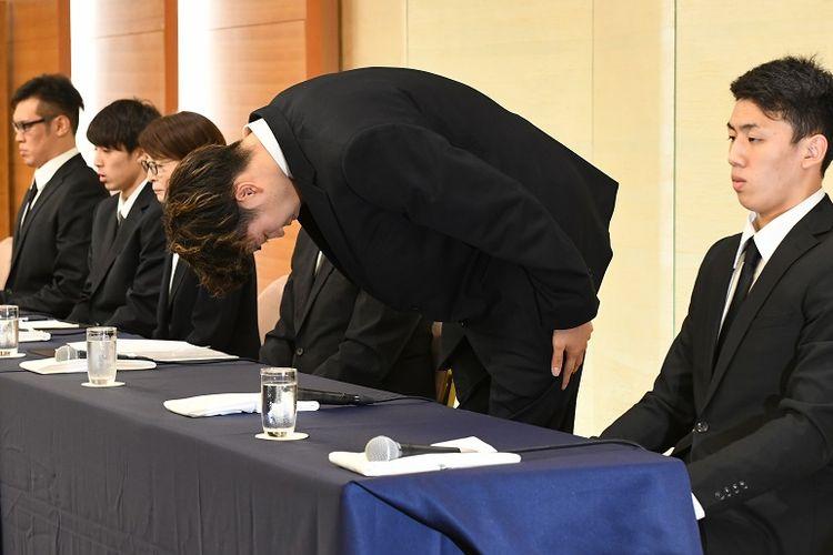 Atlet bola basket Jepang Takuma Sato membungkukkan badannya sementara atlet lainnya Yuya Nagayoshi (kiri) dan Takuya Hashimot (kedua dari kiri), Ketua Asosiasi Bola Basket Jepang Yuko Mitsuya (tiga dari kiri), dan pebasket Keita Imamura (kanan) duduk dalam jumpa pers di Tokyo pada Senin (20/8/2018). Keempat atlet ini meminta maaf setelah dipulangkan karena menyewa PSK di tengah ajang Asian Games 2018 di Jakarta.