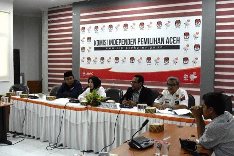 Komisioner Komisi Independen Pemilihan (KIP) Aceh menggelar konferensi pers di Kantor KIP Provinsi Aceh, Banda Aceh, Senin (15/4/2019) sore