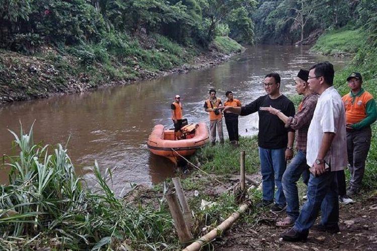 Anies Baswedan meninjau kondisi sungai di Jakarta untuk terus melanjutkan program normalisasi sungai.
