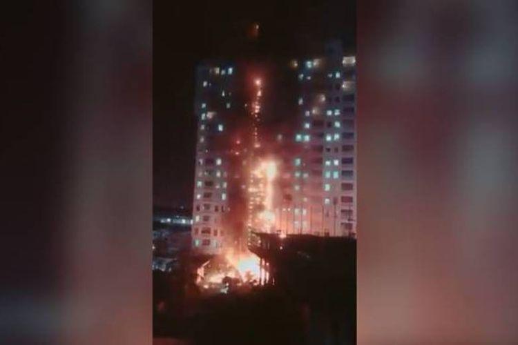 Bangunan yang dikenal sebagai Genting Crown Casino di Poipet, Kamboja, dilanda kebakaran pada Senin (7/1/2019) malam. (Twitter/@JulienLeClezio via Channel News Asia)