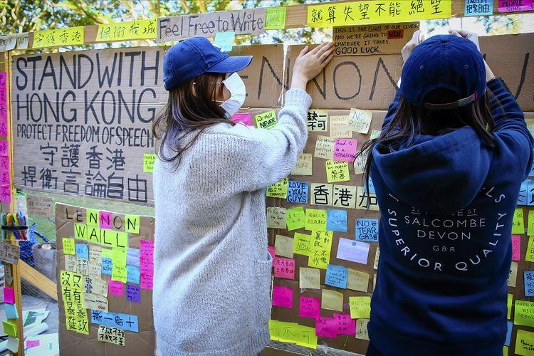 Foto bertanggal 9 Agustus 2019, menunjukkan mahasiswa pro-demokrasi Hong Kong menempelkan pesan pada kerja di area kampus Universitas Queensland di Brisbane.