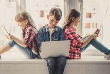 Yang Perlu Diajarkan Orangtua pada Anak Tentang Media Sosial