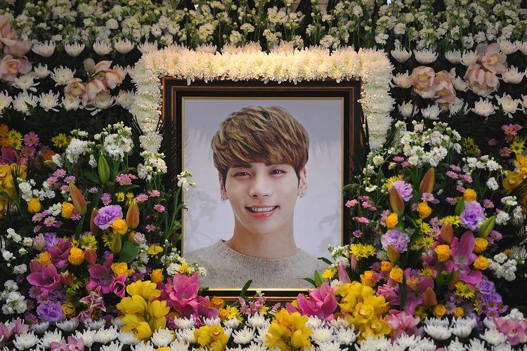 Potret bintang K-pop, Jonghyun SHINee, dipasang di tempat persemayamannya di sebuah rumah sakit di Seoul, Selasa (19/12/2017). Pria bernama lengkap Kim Jong Hyun itu meninggal pada Senin (18/12/2017).
