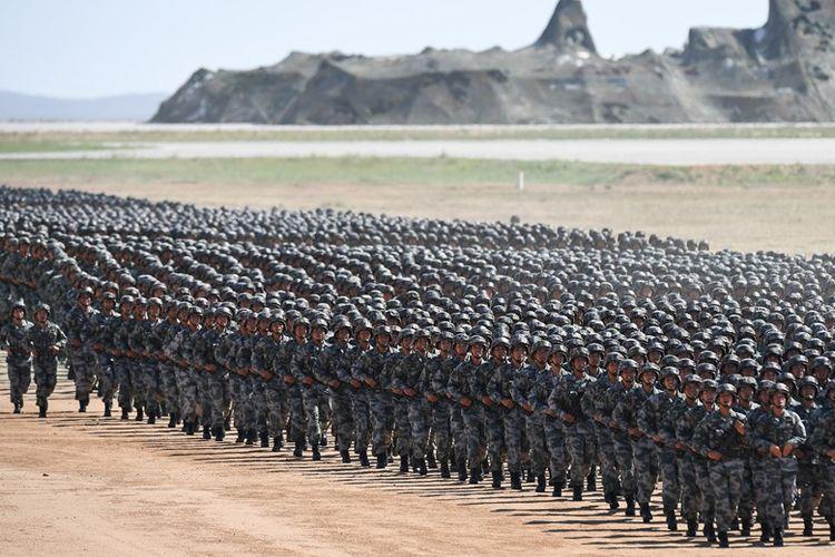 Barisan tentara China saat parade militer di Zhurihe di China utara, Juli 2017 lalu. Presiden Xi yang kembali mengumpulkan tentaranya, Rabu (3/1/2018) mengingatkan pasukannya untuk selalu siap tempur.