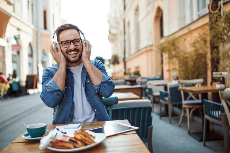 Ilustrasi makan sambil mendengarkan musik