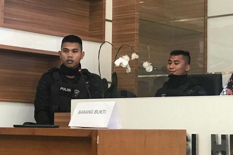 Tiga anggota dalam berita bohong perihal adanya personel Brimob dari China saat mengamankan demonstrasi terhadap hasil rekapitulasi suara Pilpres 2019 dihadirkan di Gedung Humas Mabes Polri, Jakarta Selatan, Jumat (24/5/2019).