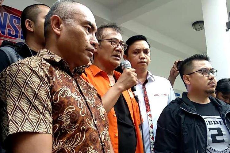 Artis peran Tio Pakusadewo memberi keterangan kepada pers mengenai kasus penyalahgunaan narkoba yang menjeratnya di Mapolda Metro Jaya, Jumat (22/12/2017).