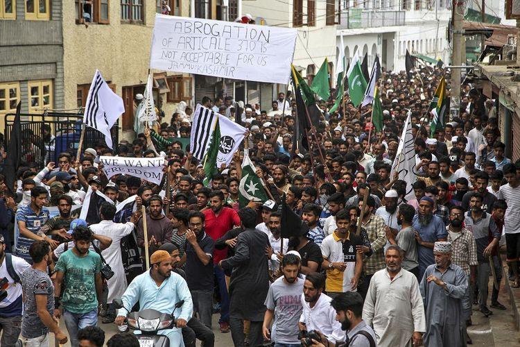 Ribuan warga Muslim Kashmir turun ke jalan dalam aksi unjuk rasa di jalanan ibu kota Srinagar, pada Jumat (9/8/2019), menentang penghapusan status otonomi khusus Kashmir.
