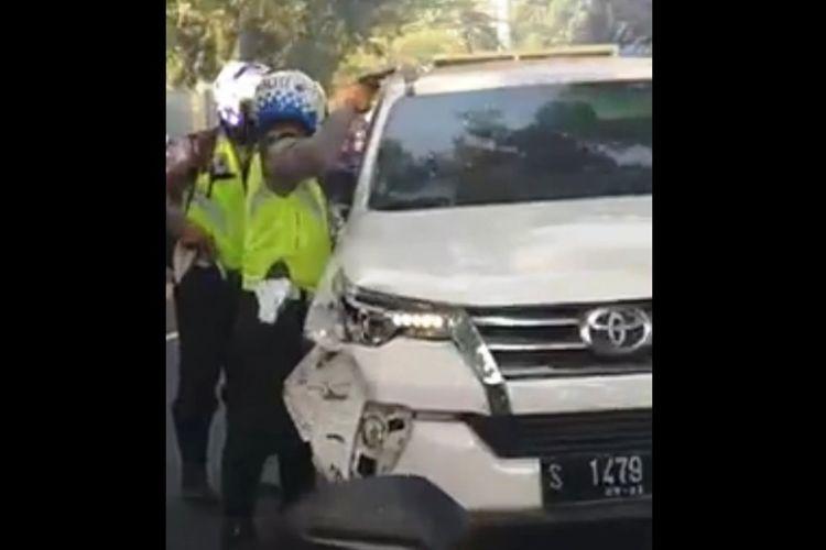 Tangkapan layar video aksi Polisi di Mojokerto Jawa Timur, menghentikan mobil Toyota Fortuner yang kabur usai menabrak pengendara motor.(KOMPAS.com/HANDOUT)