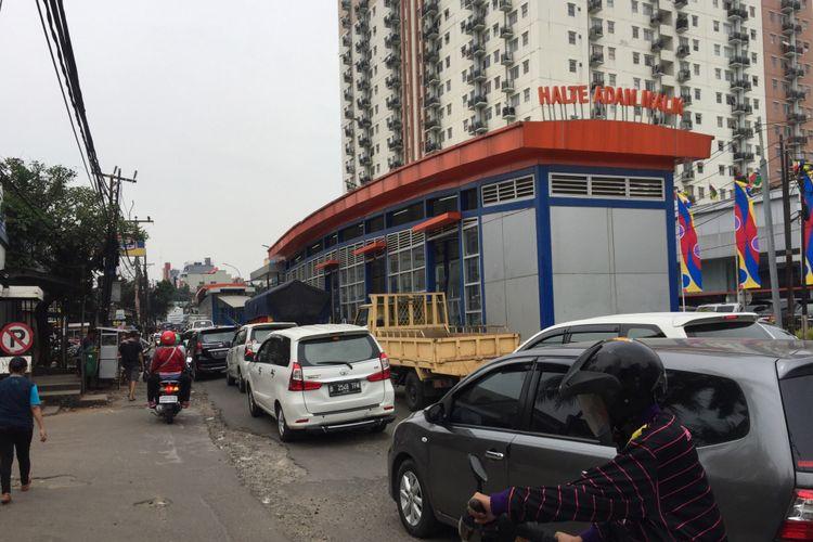 Kondisi Jalan Raya Ciledug dekat halte transjakarta Adam Malik di Jakarta Selatan, Sabtu (15/7/2017). Lalu lintas pada akhir pekan sangat padat dan memengaruhi operasional bus transjakarta Koridor 13 (Ciledug-Tendean) yang sudah mulai melaksanakan uji coba.