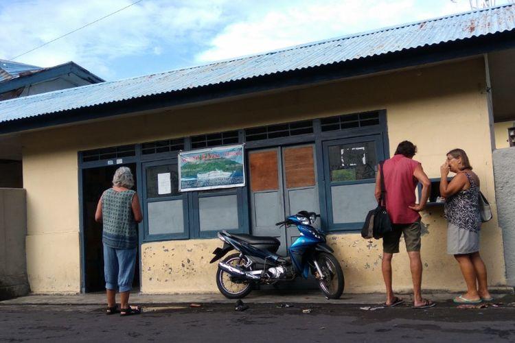 Loket pembelian tiket kapal cepat di Pelabuhan Banda Neira.