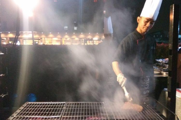 Chef sedang memasak steak di Hotel Ibis Cawang.