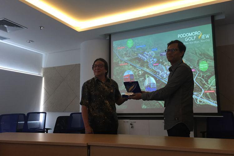 Assistant Vice President Marketing Podomoro Golf View Alvin Andronicus menyerahkan plakat kepada Pemimpin Redaksi Kompas.com Wisnu Nugroho di Menara Kompas, Jakarta, Selasa (26/2/2019).