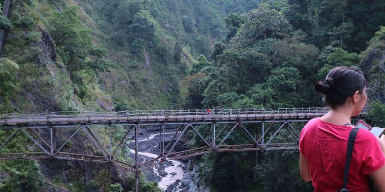 Wisatawan menikmati Jembatan Gladak Perak di Desa Sumberwuluh, Kecamatan Candipuro, Kabupaten Lumajang, Jawa Timur, Minggu (9/4/2017). Jembatan ini berada di sebelah selatan kaki Gunung Semeru dan membentang sekitar 80-100 meter di atas permukaan Sungai Besuk Sat.