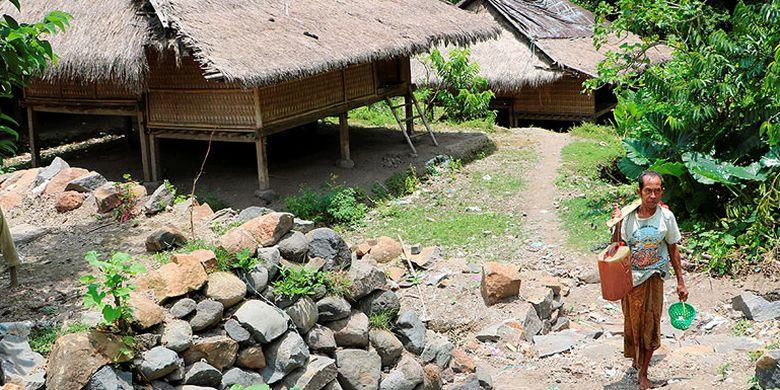 Warga Kampung Tradisional Suku Sasak di Dusun Sembagik, Desa Sukadana, Lombok Utara, Nusa Tenggara Barat, mengambil air di sebuah umbulan (mata air) di luar kompleks permukiman. Sumber air yang digunakan sebagai air minum dan mandi itu berada di kawasan hutan adat yang dijaga kelestariannya.